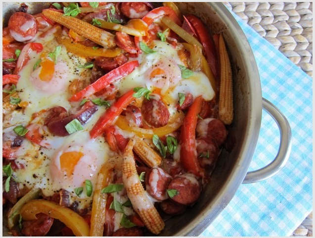 Papriky s klobáskou, vajíčkami a syrom